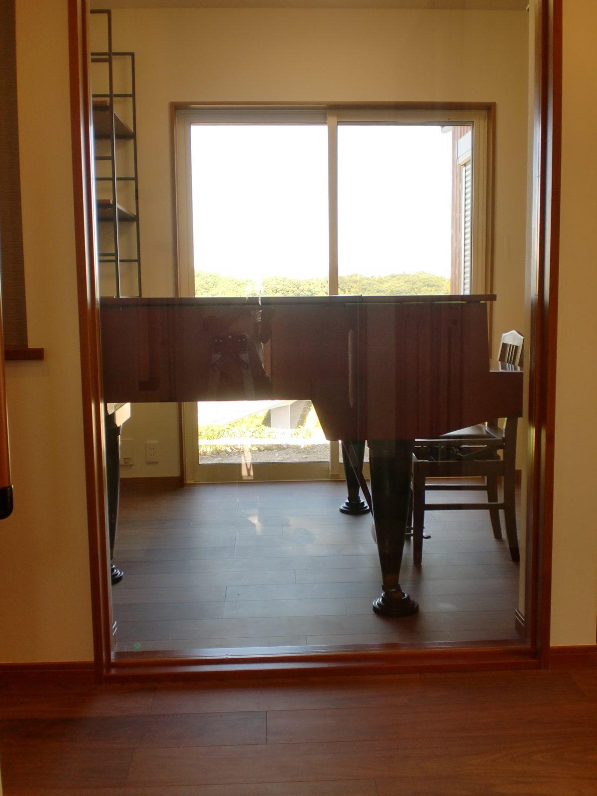 玄関ホール~ピアノ~里山の景色