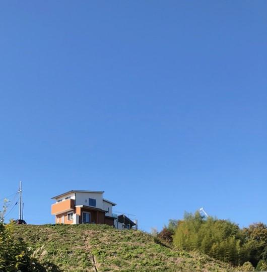 里山の高台に建つ家